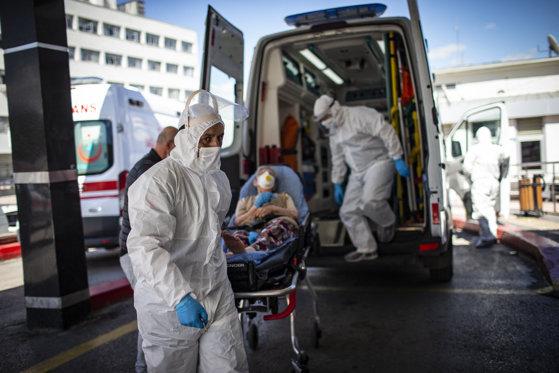 Ambulanțele se transformă în saloane de spital la Timișoara. Bolnavii zac în salvări până se găsesc paturi libere